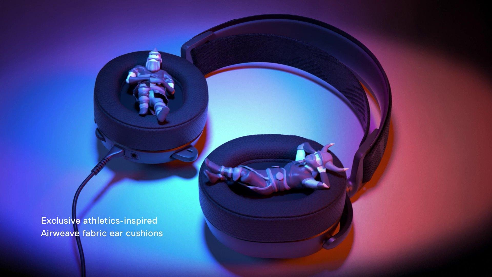 帶小雕像的 Arctis 耳罩舒適地躺在內部