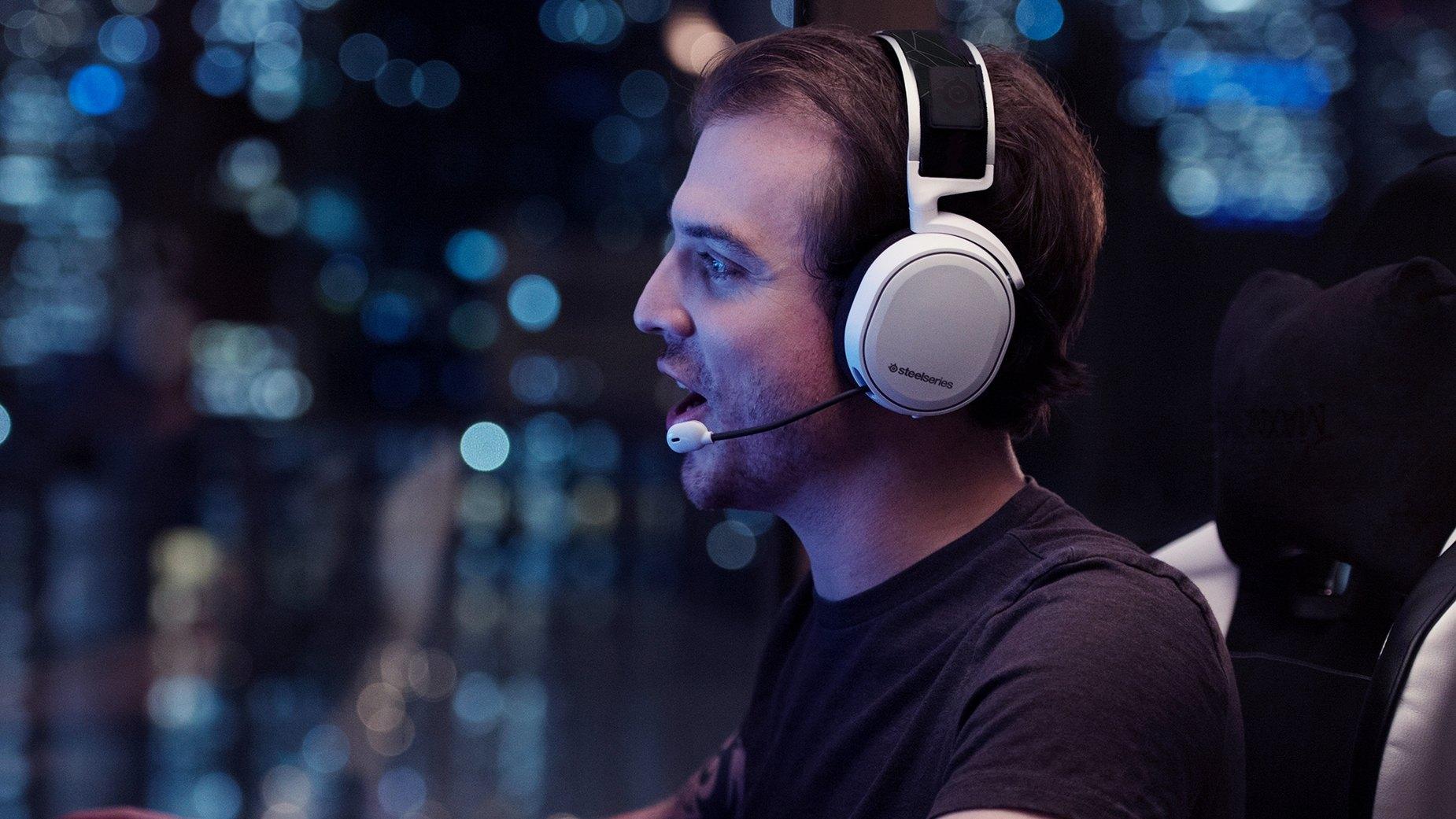 穿戴白色 Arctis 7 耳機麥克風的玩家正在競賽中玩遊戲
