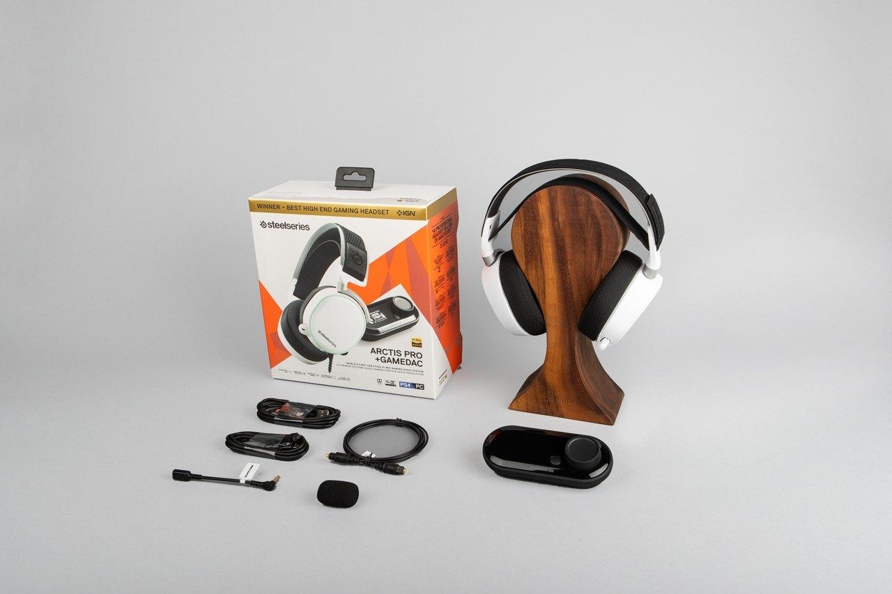 Arctis Pro 白色包裝以及標明的包裝盒內物品。