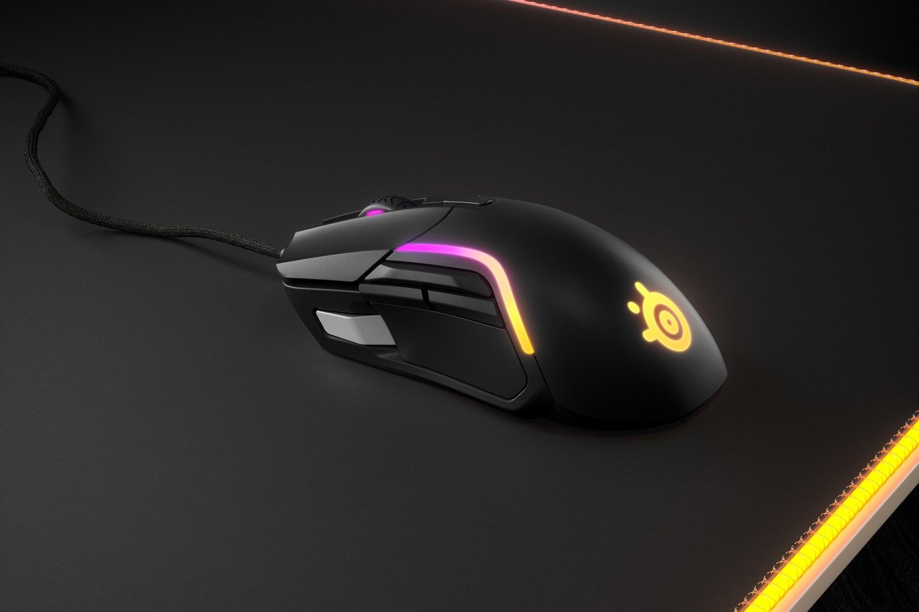 靠在滑鼠墊上的 Rival 5 遊戲滑鼠。