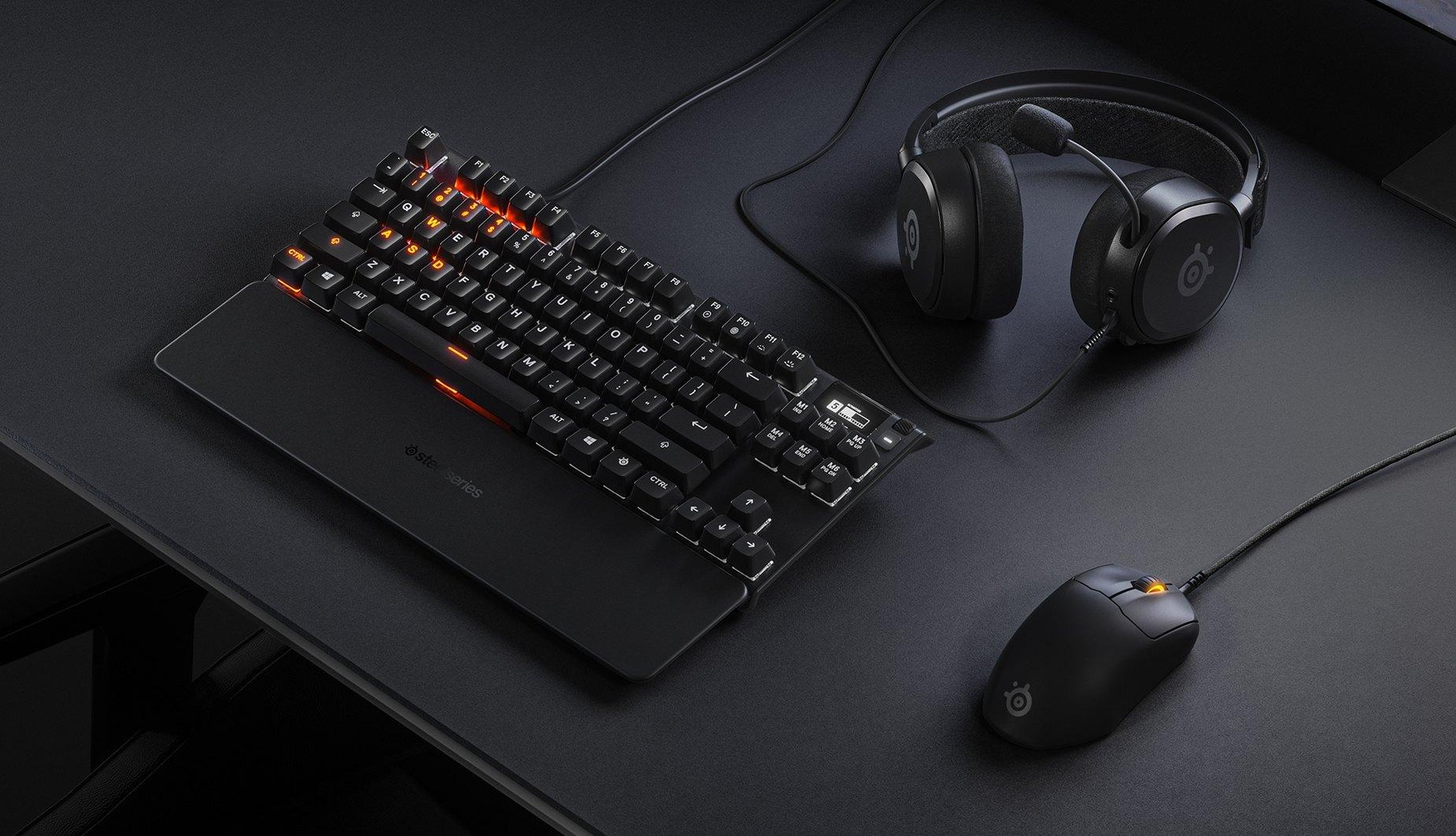 時尚的桌上型電腦配備,搭配 Prime 鍵盤、滑鼠與耳機。