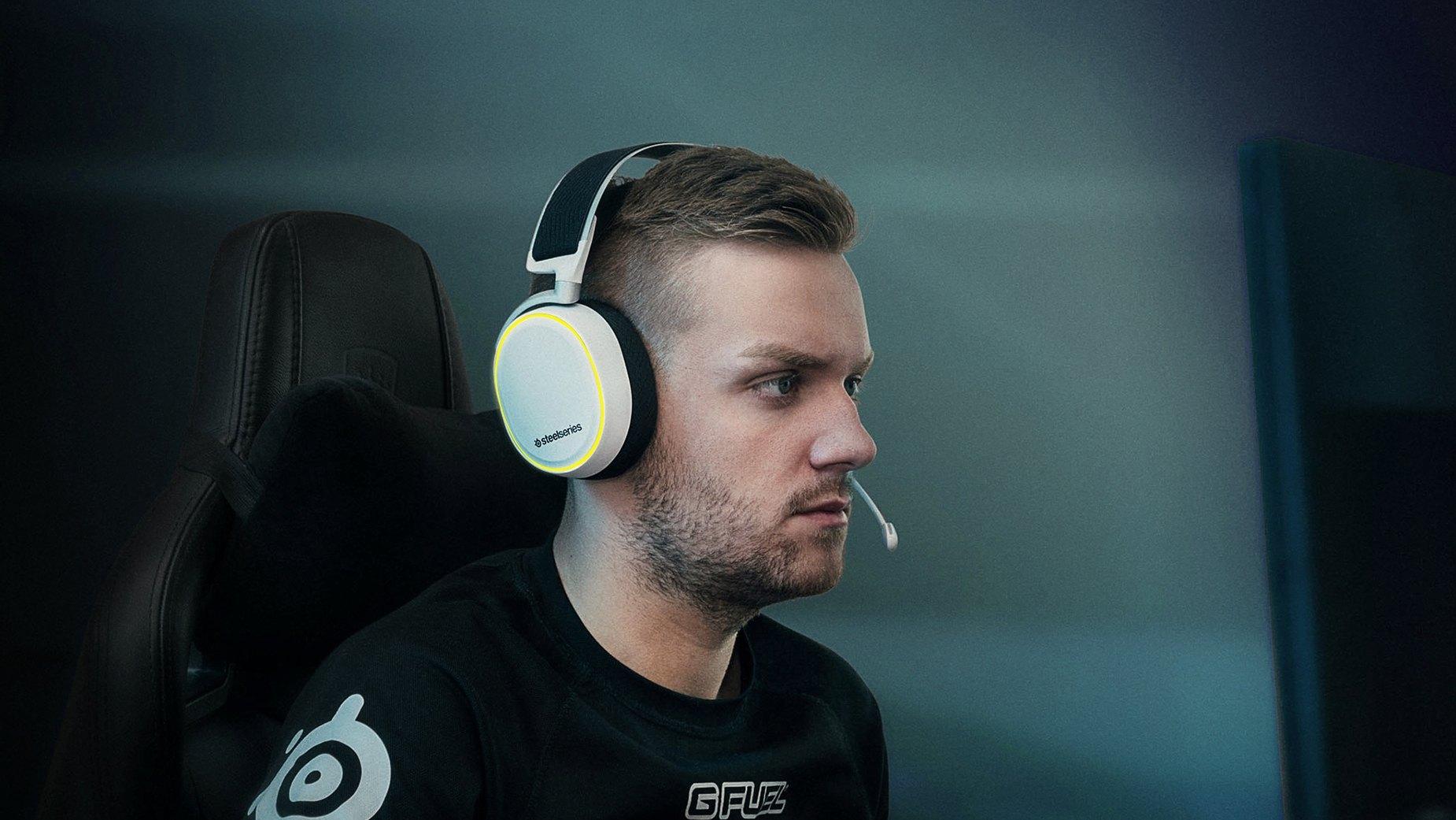 玩家正穿戴 Arctis Pro 白色耳機