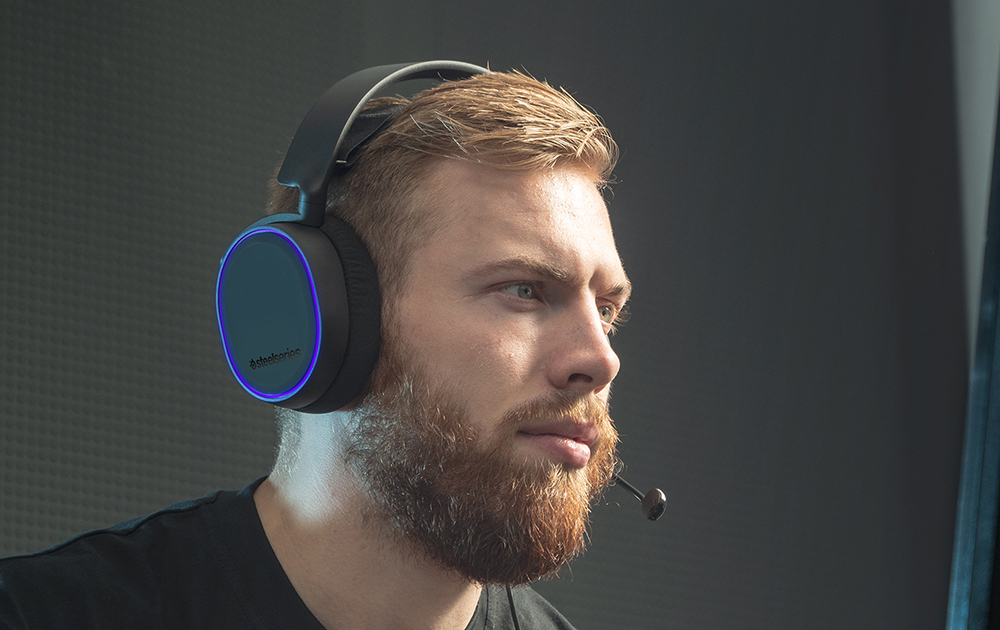 Bearded man wearing Arctis 5