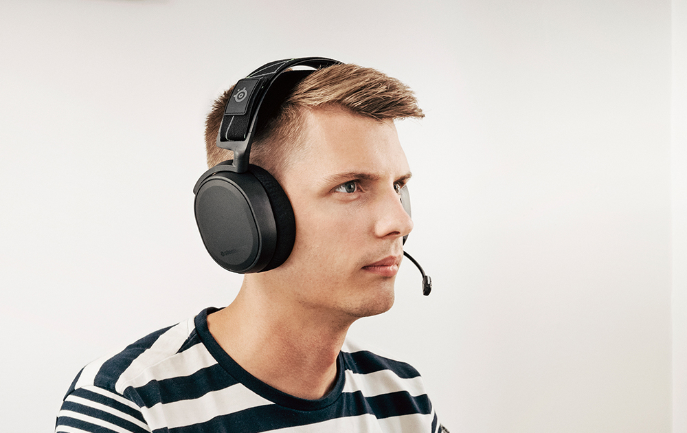Man wearing Arctis 7