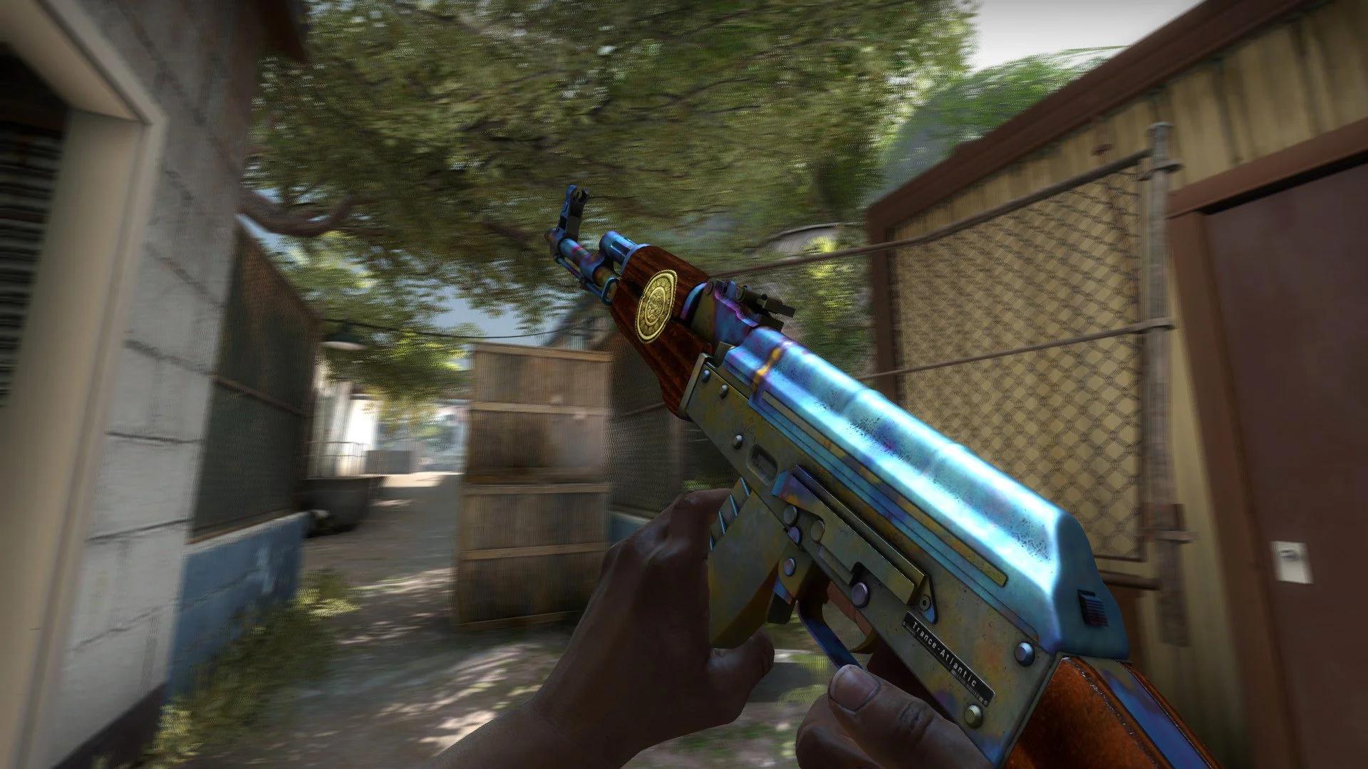 Um screenshot de CS:GO. Perspectiva em primeira pessoa de um jogador a correr por um beco, segurando uma espingarda AK-47