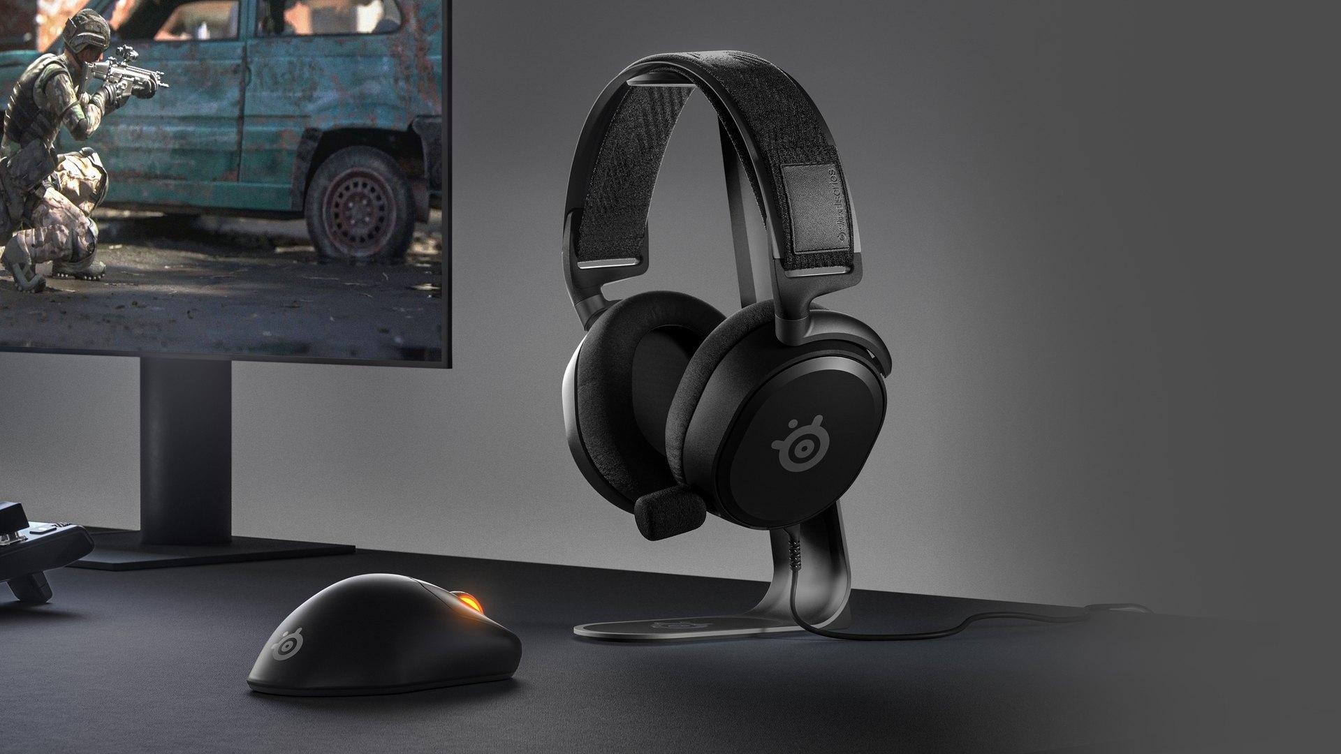 En snygg skrivbordskonfigurering med Arctis Prime-hörlurar och en Prime Wireless-mus.