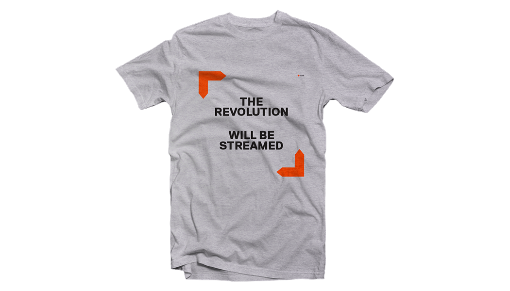 "Herren-T-Shirt mit Aufdruck ""The Revolution Will Be Streamed"", flach liegend abgebildet"