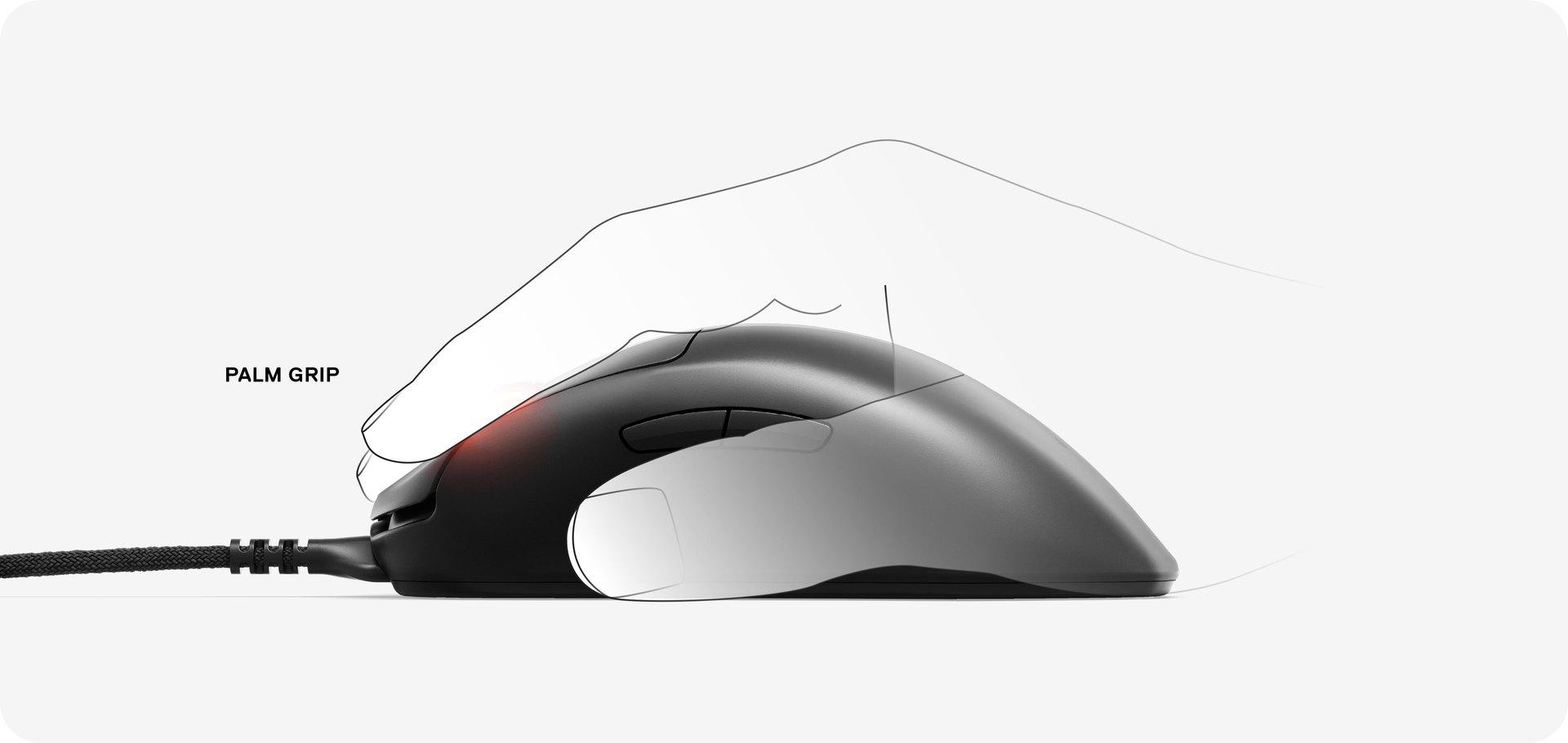 Une main utilisant la souris Prime Plus avec une prise en main de type paume.