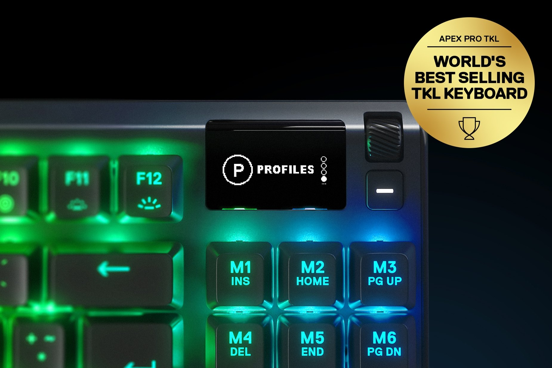 ドイツ語キーボードのマルチメディアおよび設定コントロール/音量ローラーの拡大図-Apex PRO TKLゲーミングキーボード。キーボードには金賞を受賞したフローティングがあり、その横には「World's best selling TKL Keyboard」と記してあります。