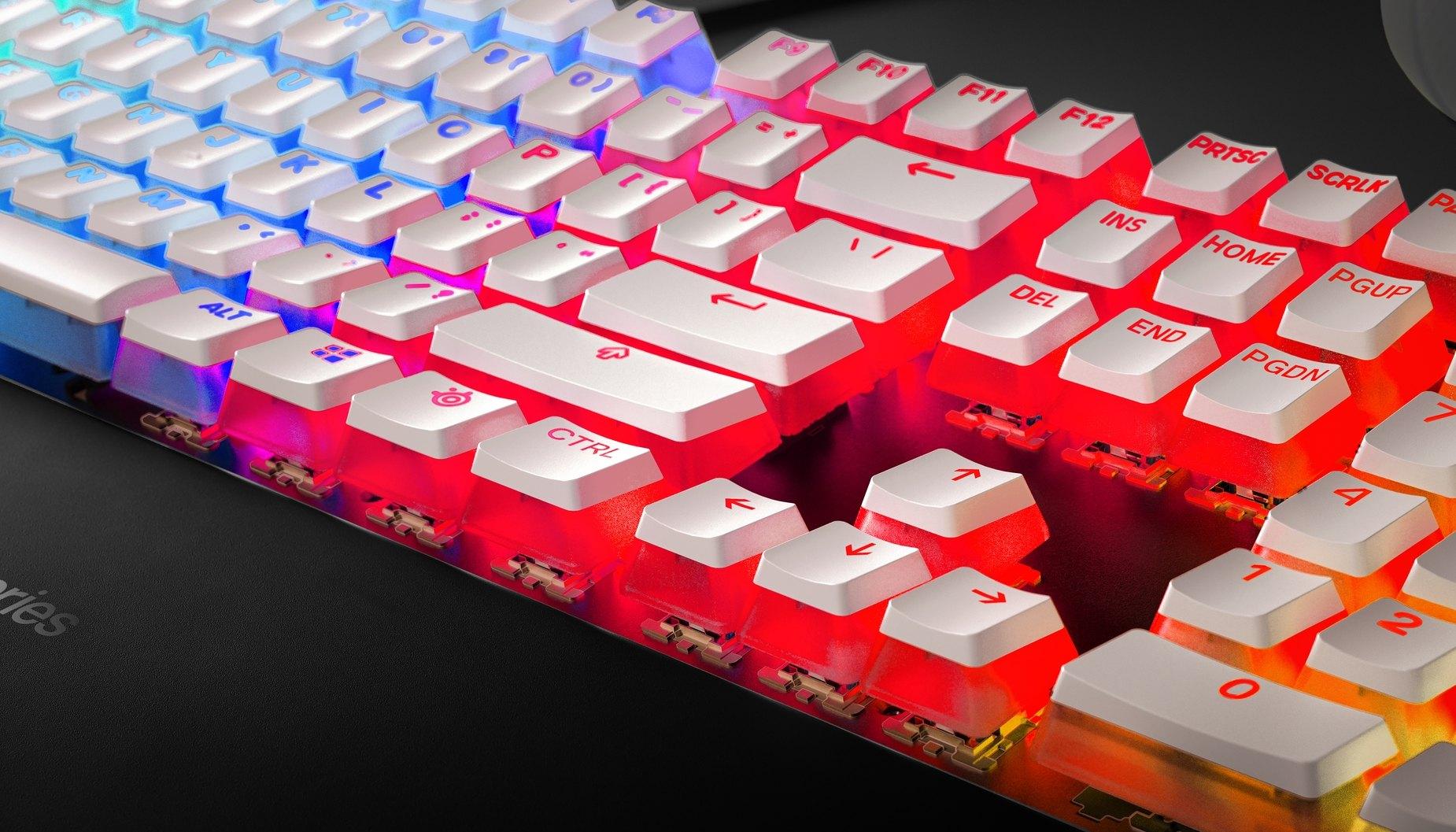 Vue rapprochée d'un clavier SteelSeries avec les touches de style pudding offrant une illumination intense.