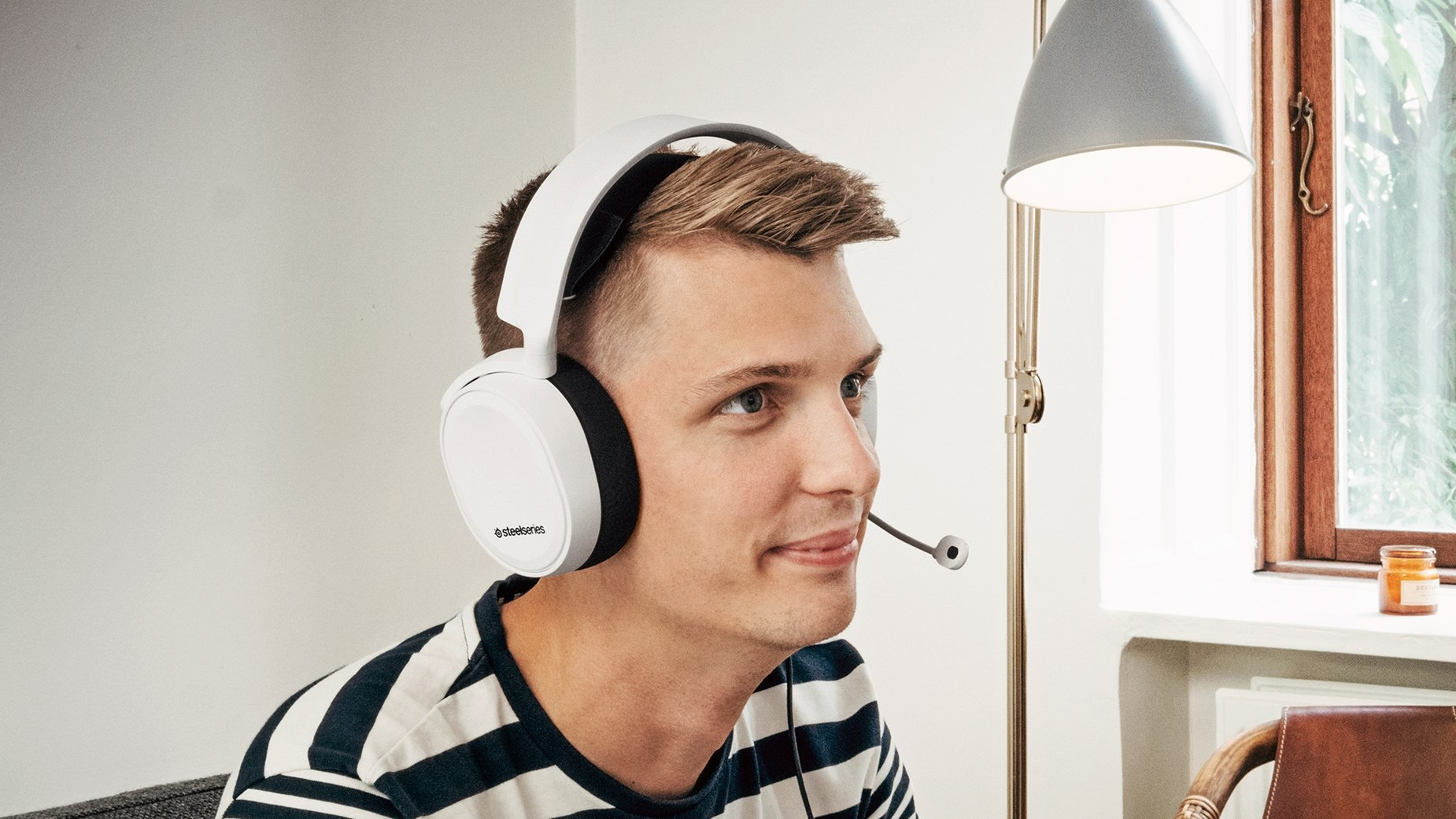 Un gamer enthousiaste portant l'Arctis 3 - Casque audio (blanc)