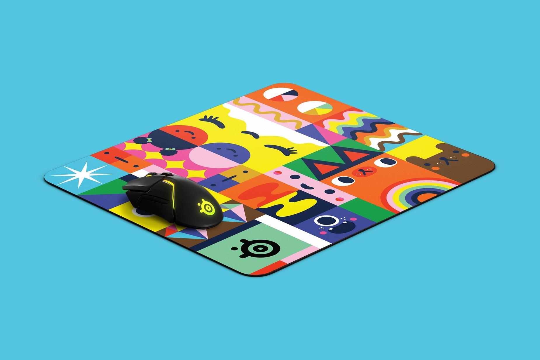 大きさを示すために、Rivalマウスと共に斜めに置かれたマウスパッドの製品図