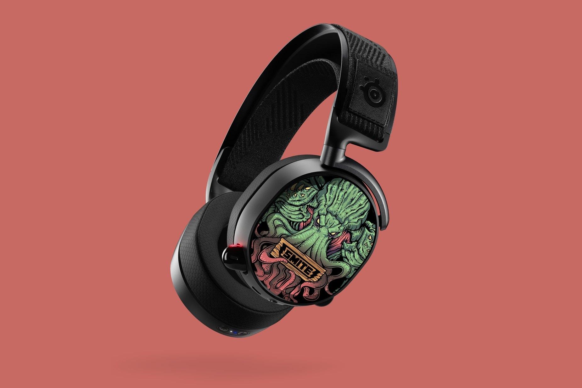 Abbildung des kompletten Arctis Pro Headsets mit Smite Hörmuschelplatten