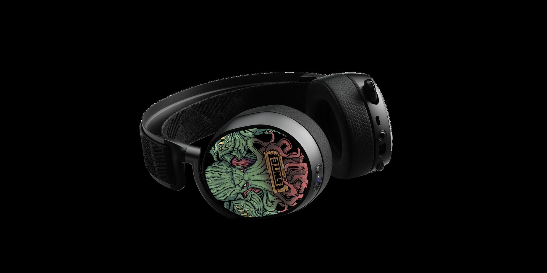 Abbildung des flach liegenden Arctis Pro Headsets mit alternativer Ansicht der Smite Hörmuschelplatten