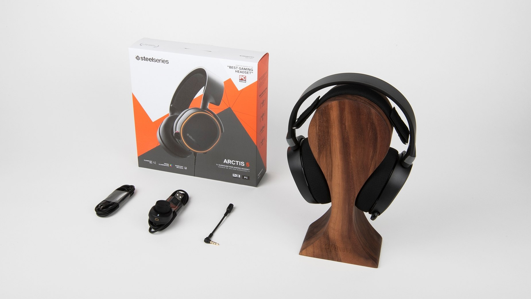 Full packaging and contents of Arctis 5 black including headset, packaging, USB cable, chat-mix dial, and headphone jack adapter