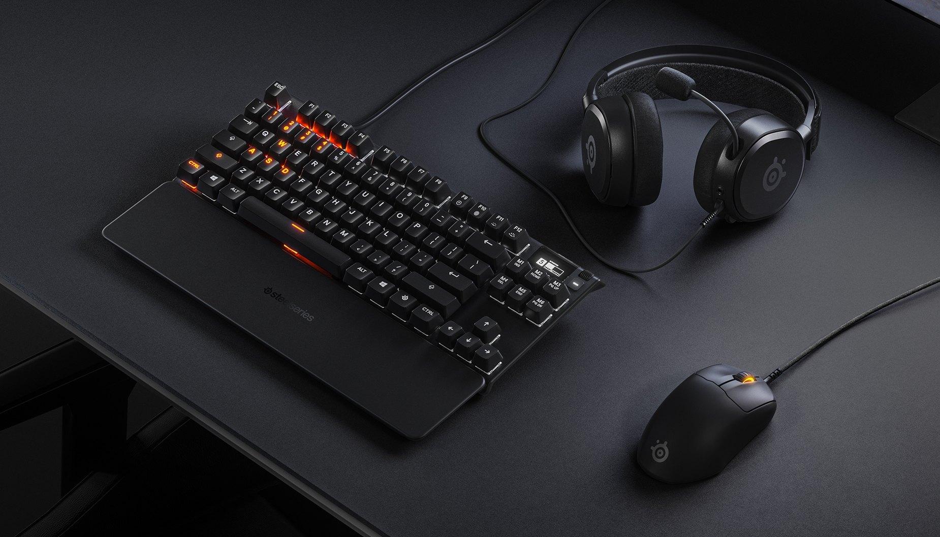 時尚的桌上型電腦配備,展示出 Prime 滑鼠、鍵盤與耳機。