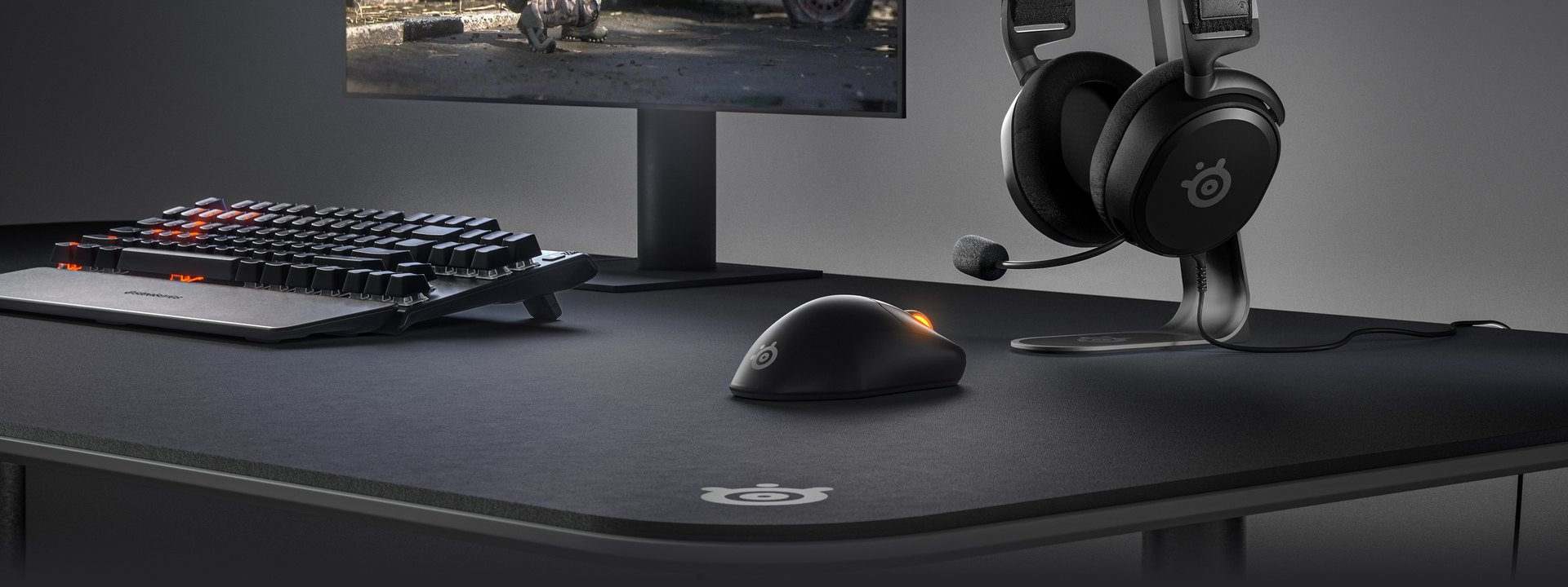 Elegancka konfiguracja komputerowa z myszą i zestawem słuchawkowym Prime.