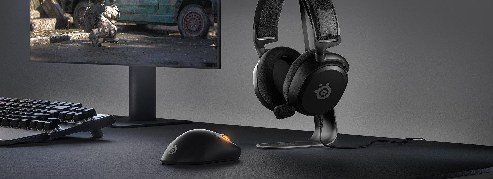 """Ein cooles Schreibtisch-Setup mit """"Prime""""-Maus und -Headset."""