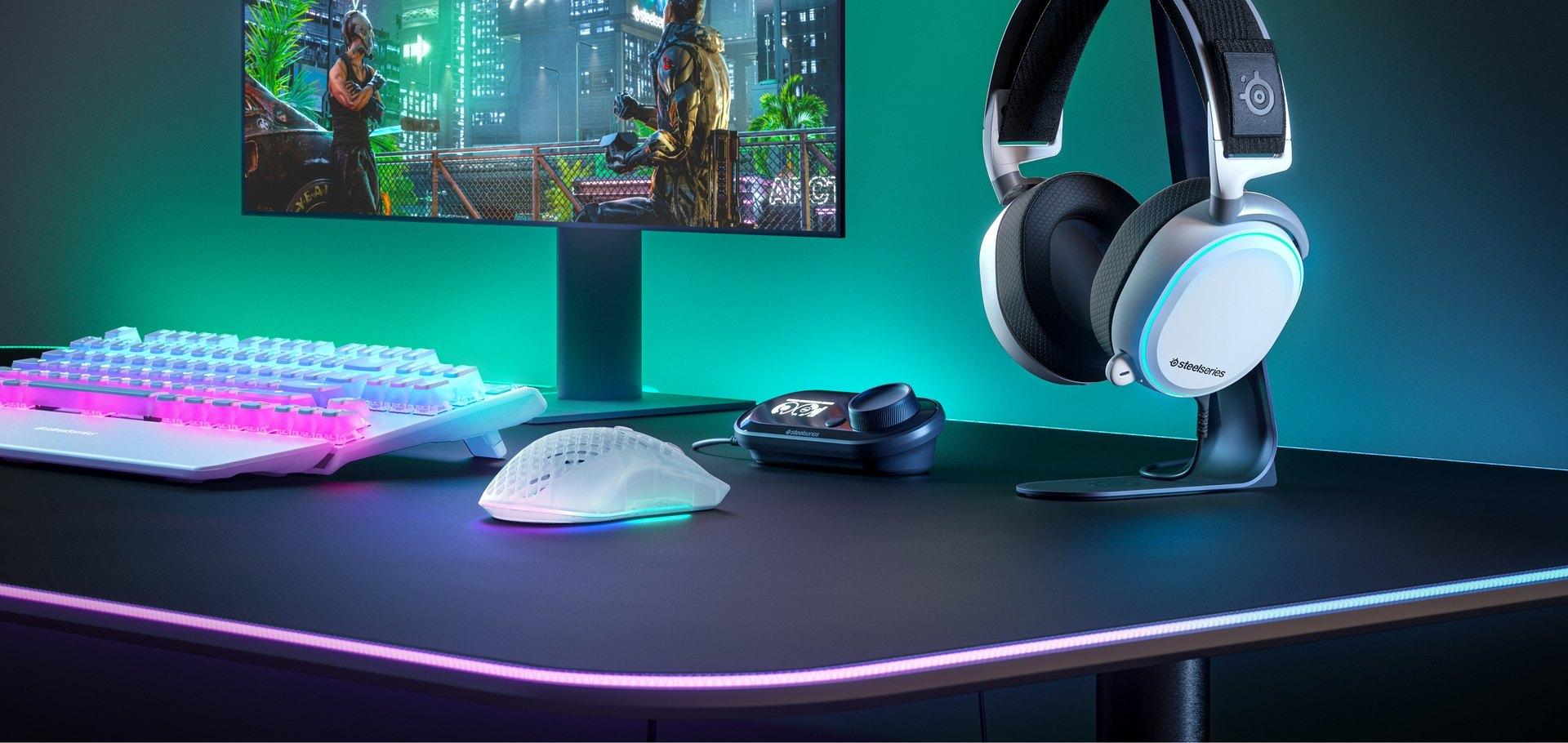 En skrivbordskonfigurering med ett Apex 7 TKL Ghost-tangentbord and Aerox 3 Wireless Ghost-mus.