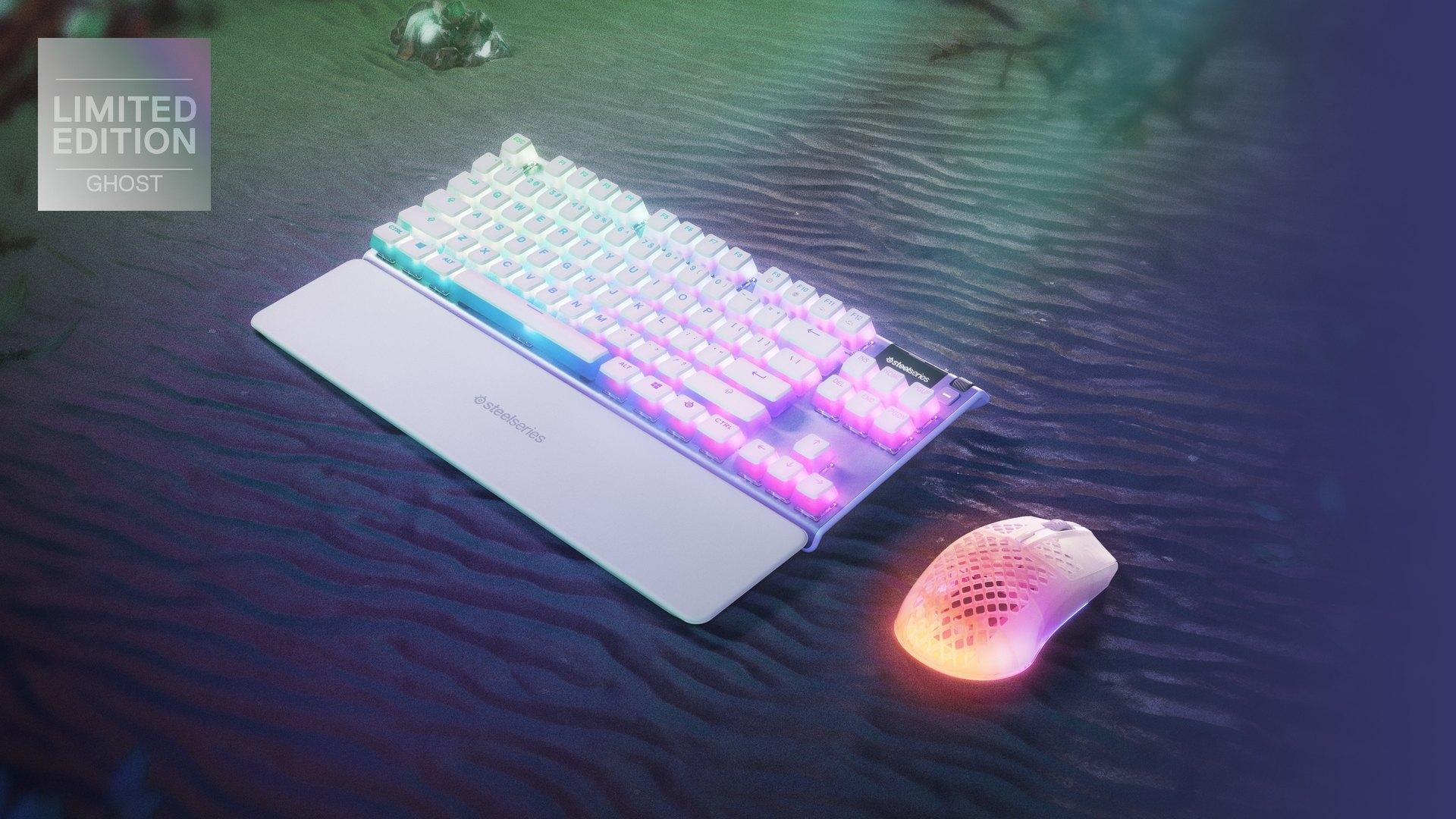 En levande skrivbordskonfigurering med Ghost Apex 7 TKL och Aerox i begränsad utgåva 3.